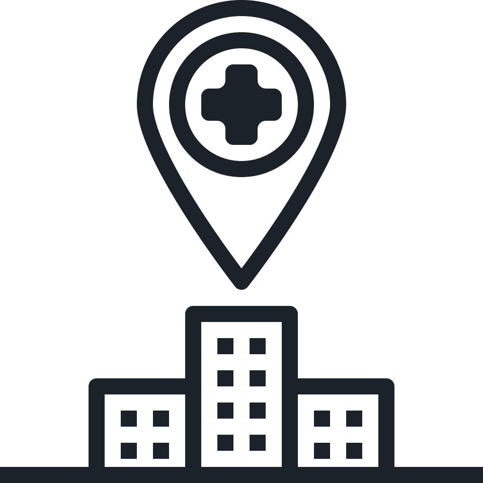 Grafisch dargestellt ist ein Krankenhaus, auf welches ein Standortsymbol gerichtet ist, auf dessen Mitte ein Kreuz als Zeichen für Medizin abgebildet ist.