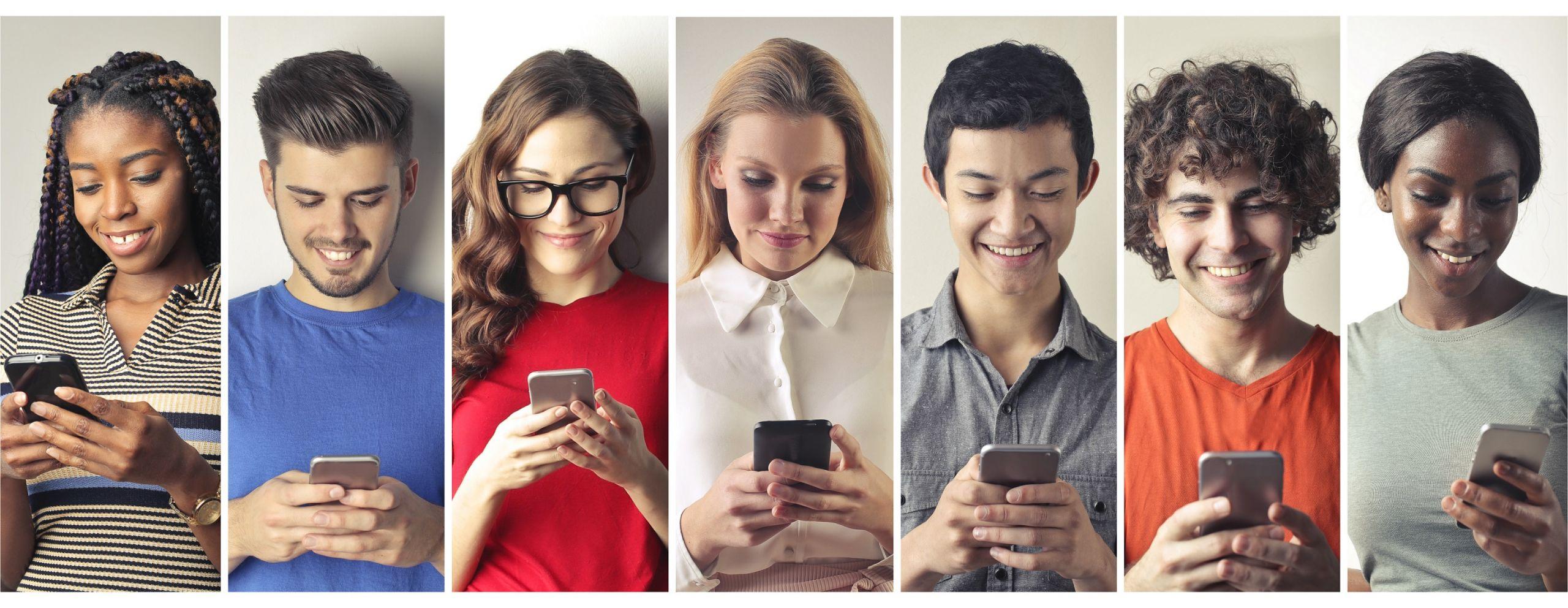 Nebeneinander in einer Reihe abgebildet sind jeweils sieben Jugendliche zum Teil mit einem Lächeln. Jeder hält sein Handy in der Hand und schaut darauf.